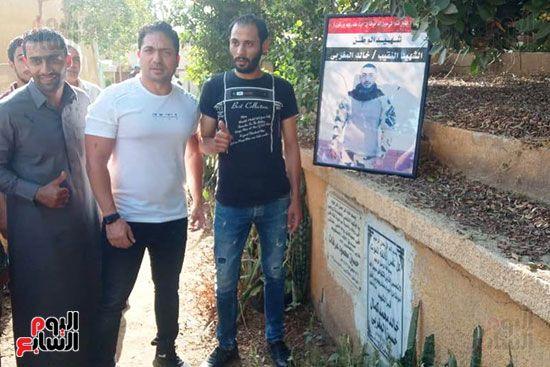 الفنان محمد حمدى أمام قبر الشهيد خالد مغربي دبابة
