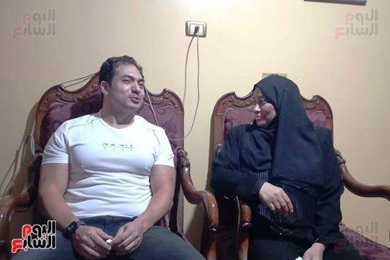 الفنان محمد حمدى مع والدة الشهيد خالد مغربي