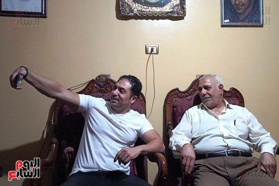 الفنان محمد حمدي يلتقط سيلفى مع والد الشهيد مغربي