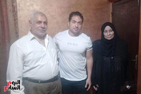 الفنان محمد حمدى مع والد ووالدة الشهيد خالد مغربي وصورة البطل 3