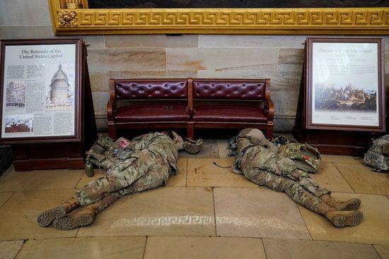 الحرس الأمريكى يفترش أرضية الكونجرس بعد أسبوع من الاقتحام (7)