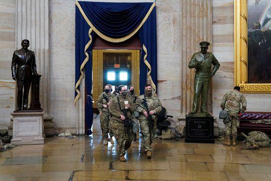الحرس الأمريكى يفترش أرضية الكونجرس بعد أسبوع من الاقتحام (4)