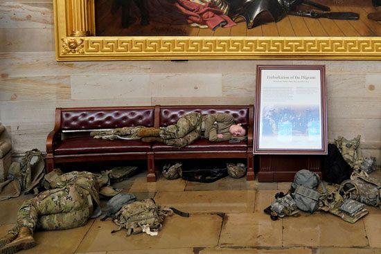 الحرس الأمريكى يفترش أرضية الكونجرس بعد أسبوع من الاقتحام (5)