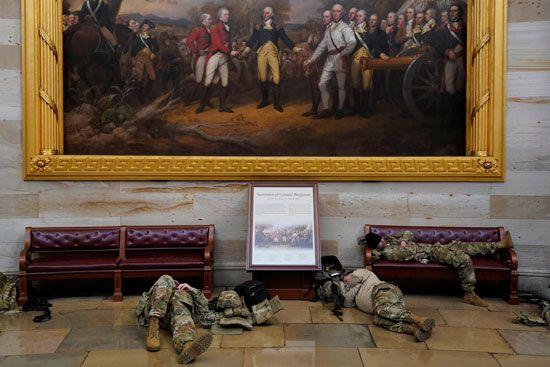 الحرس الأمريكى يفترش أرضية الكونجرس بعد أسبوع من الاقتحام (6)