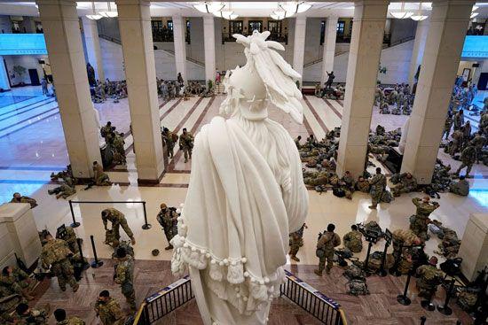 الحرس الأمريكى يفترش أرضية الكونجرس بعد أسبوع من الاقتحام (2)