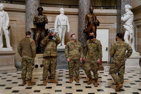 الحرس الأمريكى يفترش أرضية الكونجرس بعد أسبوع من الاقتحام (16)