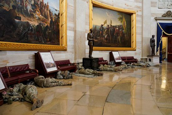 الحرس الأمريكى يفترش أرضية الكونجرس بعد أسبوع من الاقتحام (9)