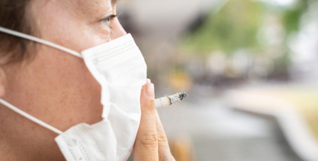 التدخين من خلف الكمامة