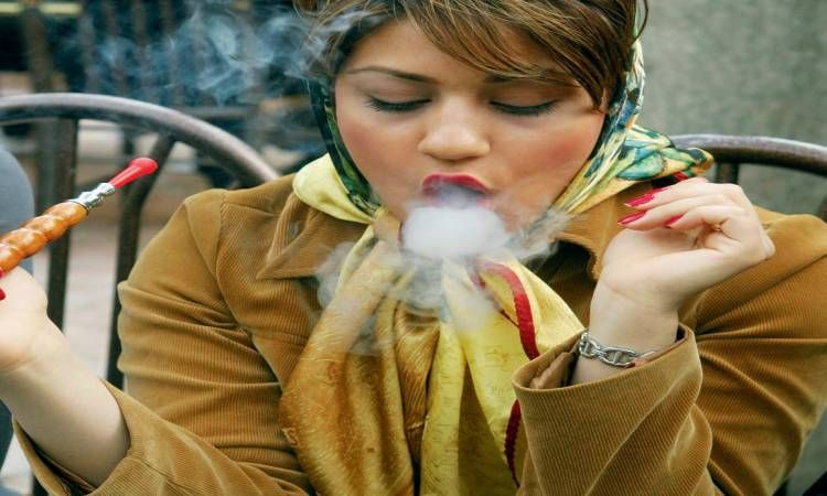 الفتيات ايضا يدخنون الشيشة