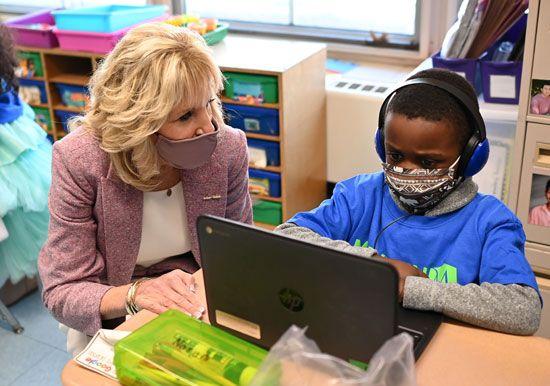 قرينة الرئيس الأمريكى تزور مدرسة ابتدائى برفقة وزير التعليم (2)