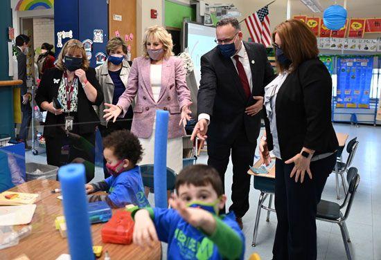 قرينة الرئيس الأمريكى تزور مدرسة ابتدائى برفقة وزير التعليم (3)