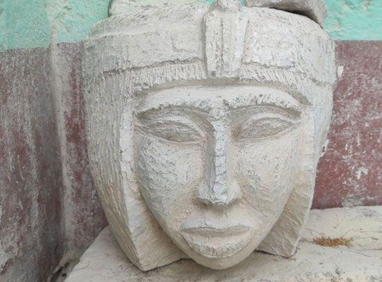 هنا-مدرسة-تعليم-صناعة-التحف-الفرعونية-غرب-محافظة-الأقصر-(4)