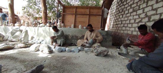 هنا-مدرسة-تعليم-صناعة-التحف-الفرعونية-غرب-محافظة-الأقصر-(2)