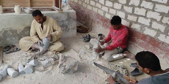 هنا-مدرسة-تعليم-صناعة-التحف-الفرعونية-غرب-محافظة-الأقصر-(12)