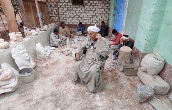 هنا-مدرسة-تعليم-صناعة-التحف-الفرعونية-غرب-محافظة-الأقصر-(1)