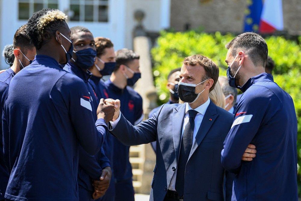ماكرون مع لاعبي فرنسا