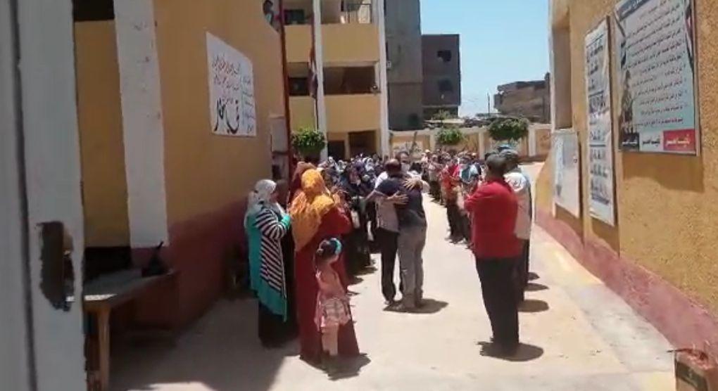 العاملون بالمدرسة يحتضنون المدير بحفل الوداع