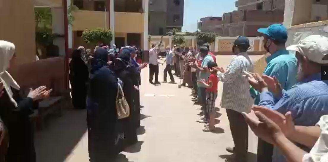 تصفيق حار ودموع من العاملين بالمدرسة خلال حفل الوداع