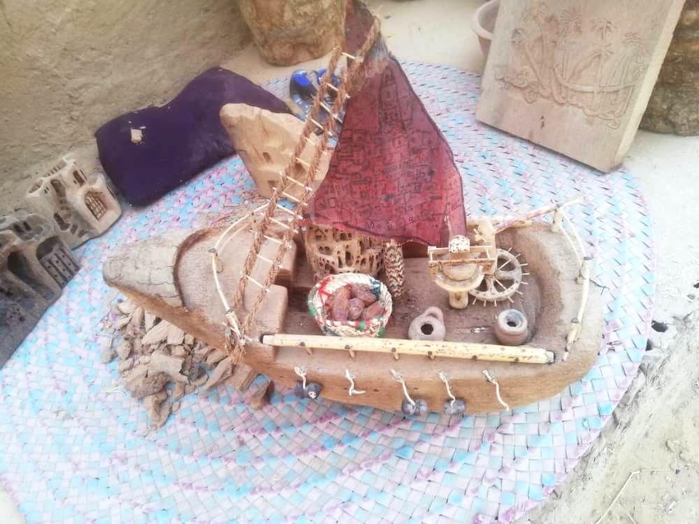 مركب من جذوع النخيل يضم كل معالم القصر الاسلامية