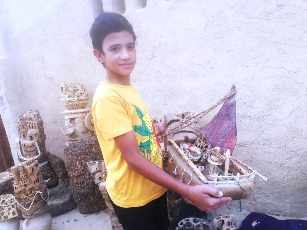 محمد شريف يحمل مركب من جذوع النخيل