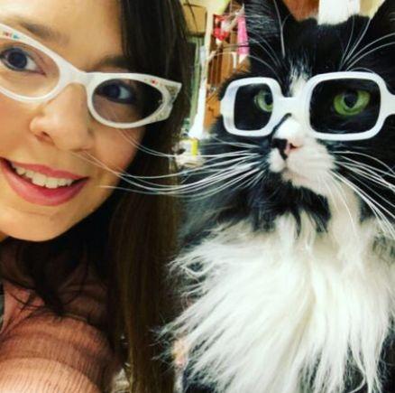 القطة ودانييل كرول مالكتها