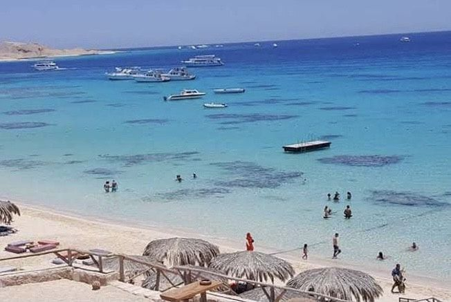 المياه الصافية والشواطئ الرملية بالجفتون