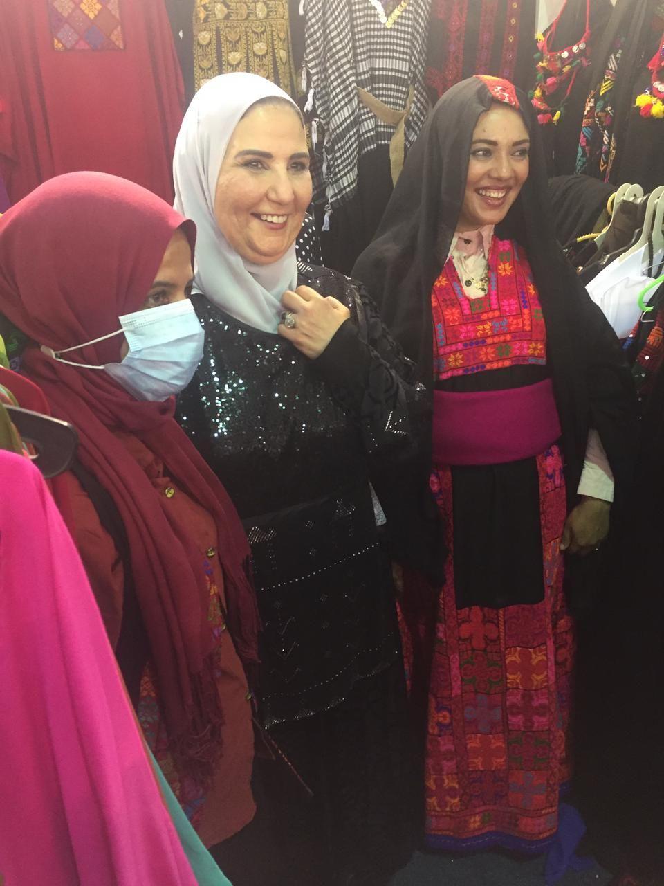 وزيرة التضامن مع الفتيات المشاركة بالمعرض
