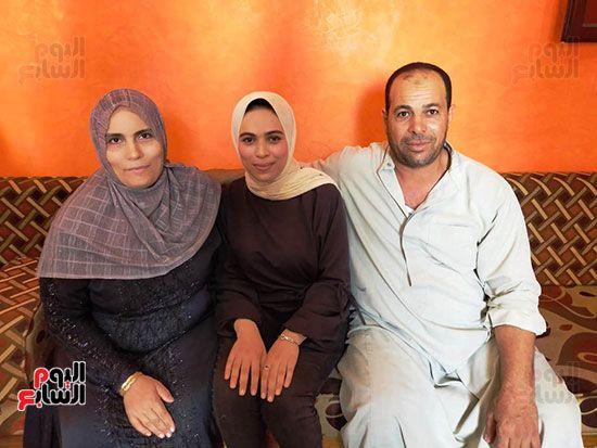 رقية-شعيب-مع-والديها