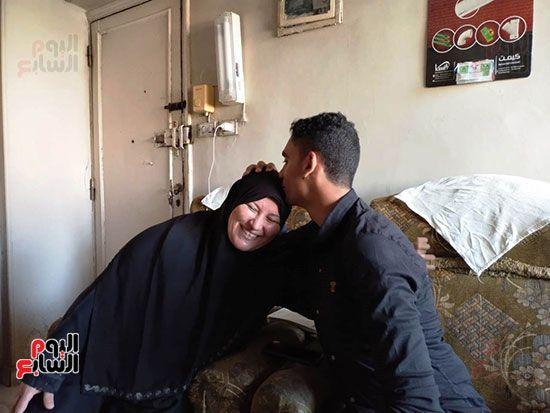 الطالب-عبد-الله-رضا-مع-والدته---محافظة-القليوبية-(2)