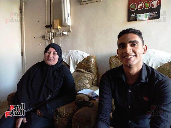 الطالب-عبد-الله-رضا-مع-والدته---محافظة-القليوبية-(10)