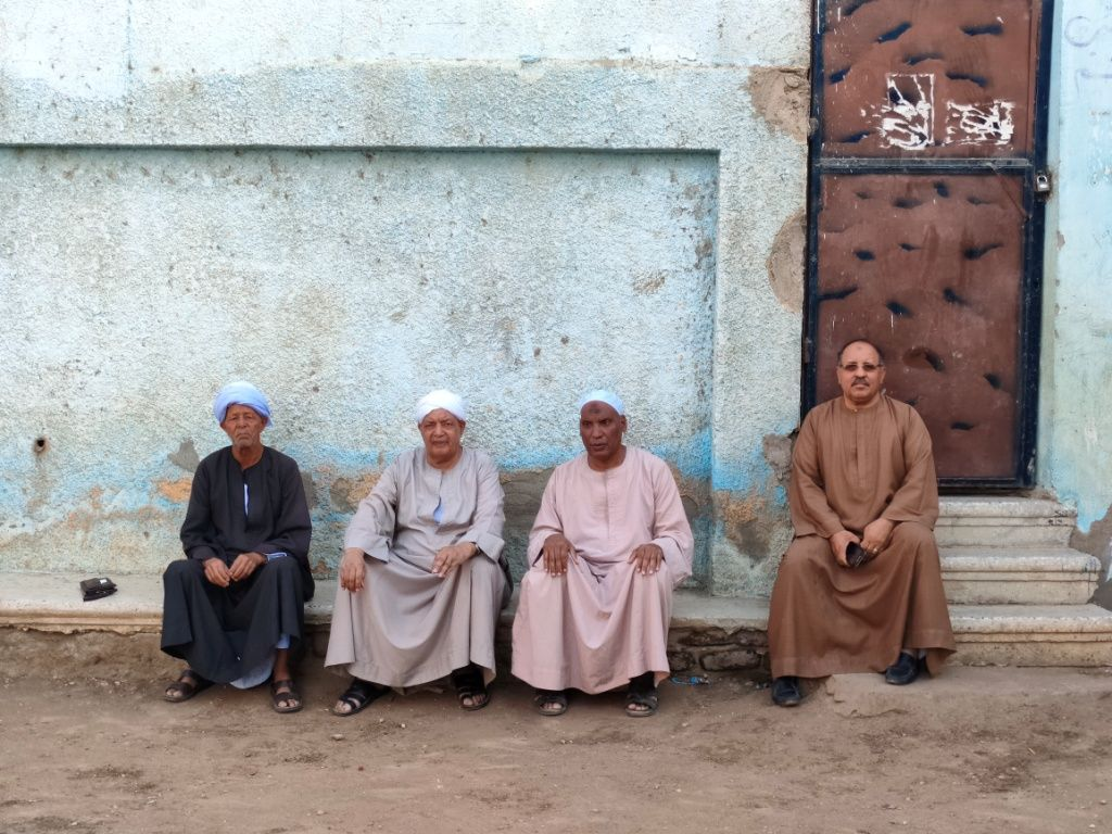 كبار القرية يحكون تفاصيل التعاون لبناء مسجد ومدرسة