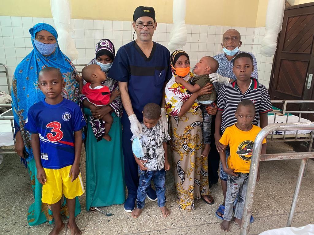 رئيس القافلة الطبية مع الأهالى فى دولة تنزانيا