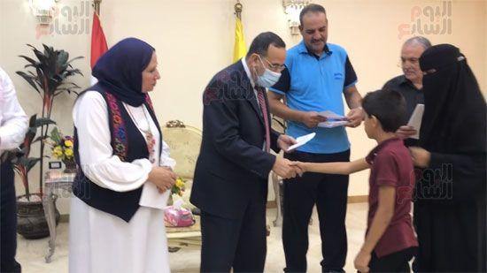 محافظ-شمال-سيناء-ومدير-تضامن-شمال-سيناء-يسلمون-فيز-للاسر