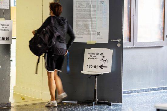 يصل الناخبون إلى مركز اقتراع في فرانكفورت