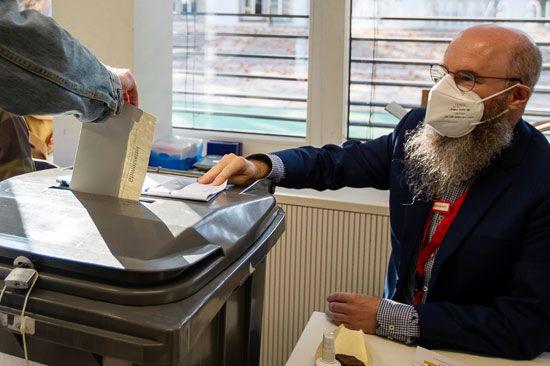 شخص يسارى يدلي بصوته في الانتخابات العامة الألمانية