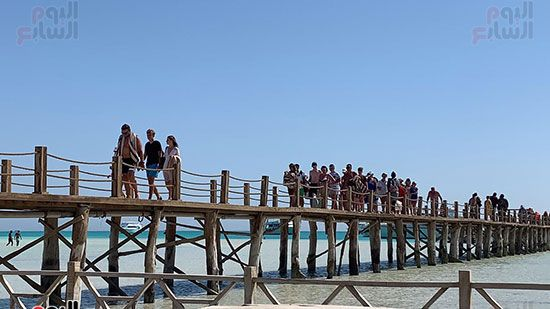 وصول-سياح-كل-ساعة-للجزيرة