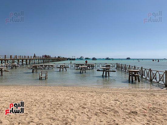 مقاعد-خشبية-داخل-المياه-بشواطئ-اورانج