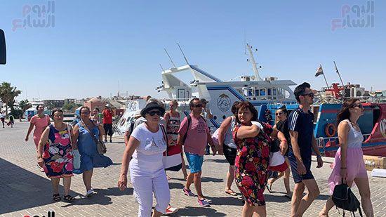 السياح-في-مارينا-الغردقة-قبل-الانطلاق-للجزيرة