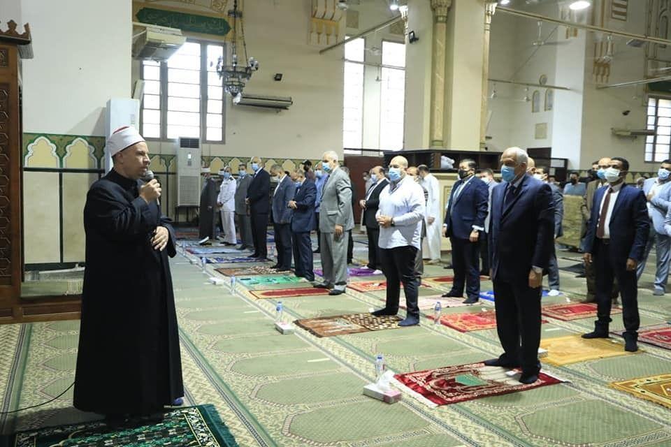 محافظ الجيزة يؤدى صلاة العيد بمسجد المغفرة  (1)