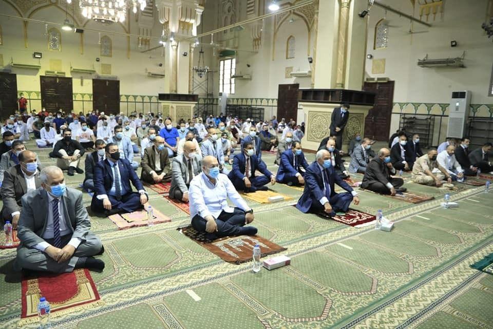 محافظ الجيزة يؤدى صلاة العيد بمسجد المغفرة  (2)