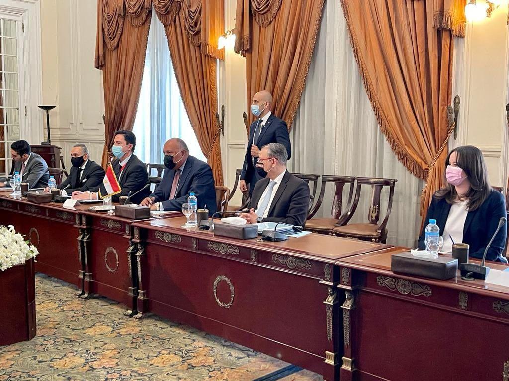 الوفد المصرى خلال المباحثات مع الوفد الماليزى فى قصر التحرير