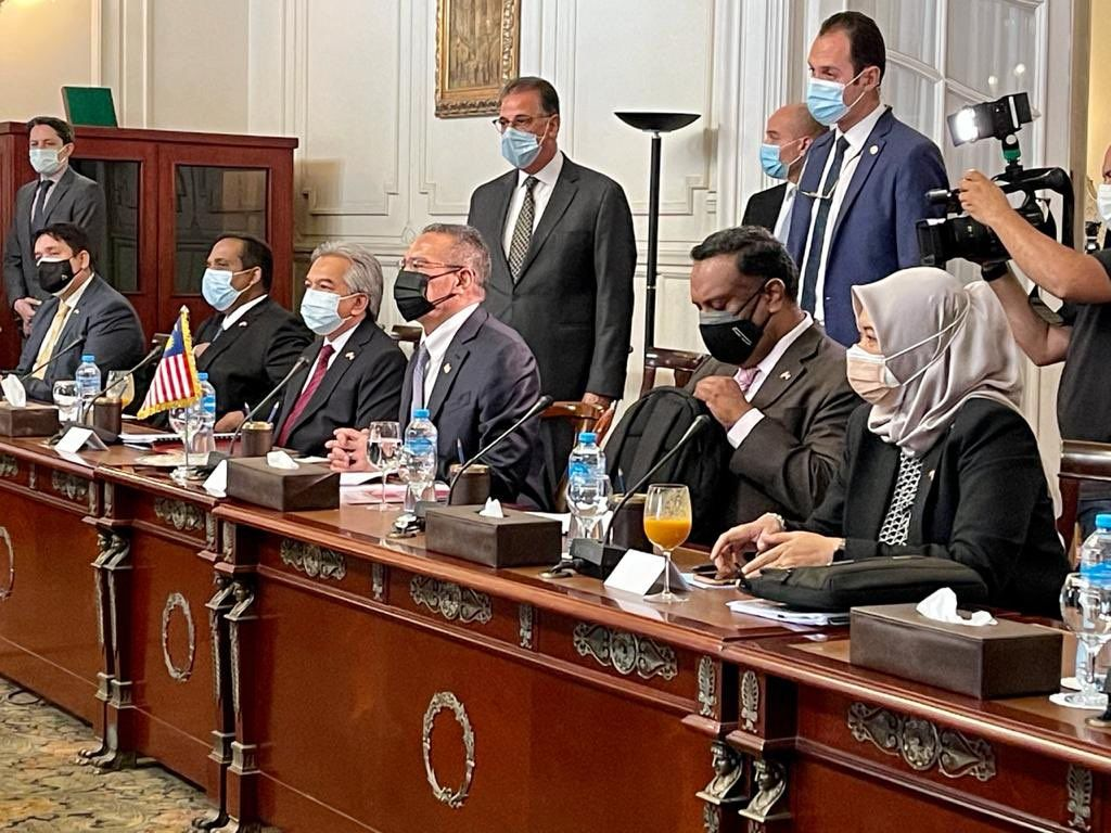 الوفد الماليزى خلال مشاورات مع وزير الخارجية سامح شكرى فى قصر التحرير