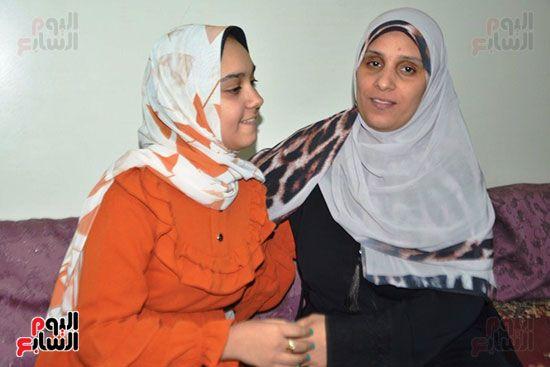 فرحة-التفوق-للطالبة-تسنيم-مع-والدتها