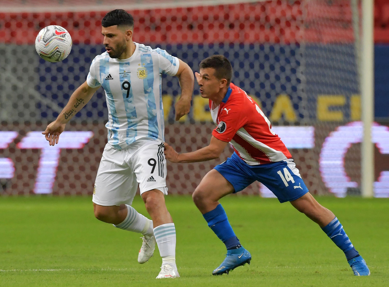 أجويرو يستقبل الكرة