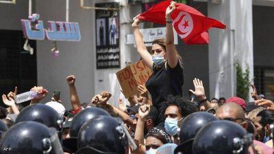 إحدى التونسيات ترفع علم بلدها