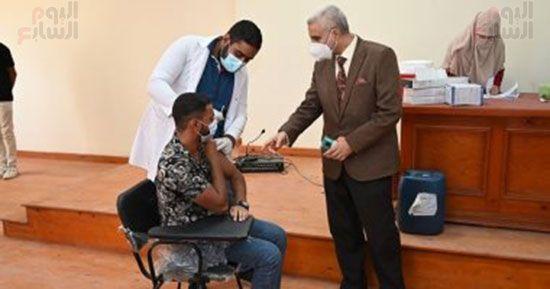 رئيس-جامعة-الفيوم-يتفقد-مراكز-اللقاح